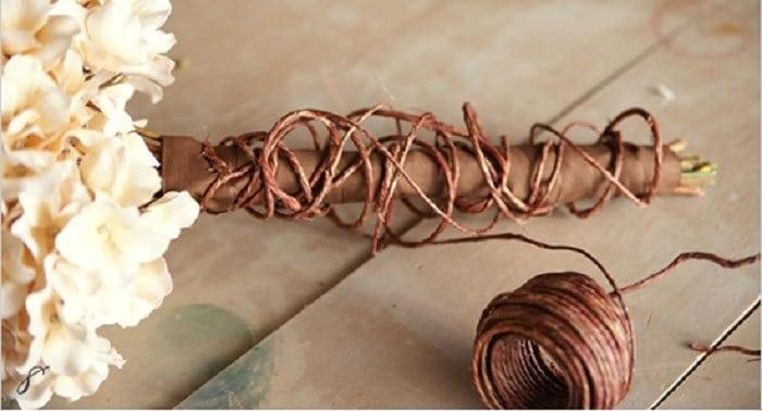 стебли гвоздик, перемотанные веревкой