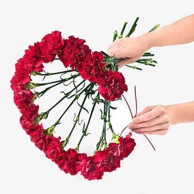 формирование букета из гвоздик в виде сердца